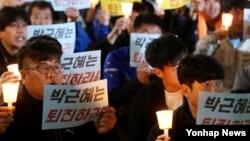 26일 경기도 수원시 수원역 광장에서 열린 촛불 문화제 참석자들이 박근혜 대통령 퇴진을 요구하는 손팻말을 들고 있다. (인천일보 제공)