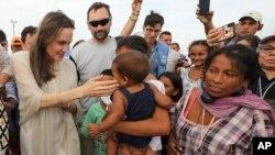 Archivo - La enviada especial de ACNUR Angelina Jolie se reúne con migrantes venezolanos en un campamento administrado por las Naciones Unidas en Maicao, Colombia, en la frontera con Venezuela, el 8 de junio de 2019.
