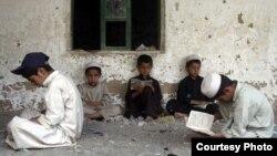 د پوهنې وزارت وایي چې په اوس وخت کې په افغانستان کې نږدې نهه میلونه ماشومان په شپاړس زره ښوونځیو کې په زده کړو بوخت دي.
