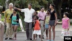 El presidente de Estados Unidos, Barack Obama junto a sus hijas, Sasha y Malia durante una visita al zoo en Honolulu.