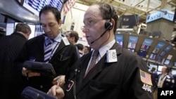 Управляющий директор по трейдингу Rosenblatt SecuritiesГордон Чарлоп (справа) дает интервью на Нью-Йрской бирже