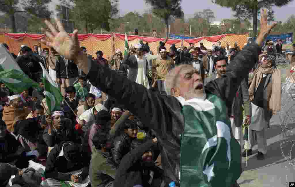 Supporters of cleric Tahirul Qadri chant anti-government slogans, Islamabad, Pakistan, January 14, 2013.