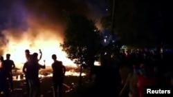 Göstericiler Kerbela şehrinde İran Konsolosluk Binası'nı ateşe vermeye çalıştı. Güvenlik güçlerinin ateş açması sonucu en az 3 kişi hayatını kaybetti 10 kişi yaralandı.