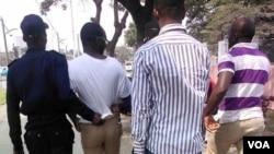 Coque Mukuta, (2º à esquerda) jornalista Voz da América sendo detido em Luanda durante a manifestação de 8 de Agosto 2015, Luanda. Angola