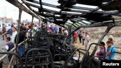 Xác chiếc xe buýt chở học sinh sau vụ nổ bom ở Damanhur, phía bắc Cairo, ngày 5/11/2014.