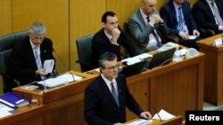 پارلمان کرواسی پیشتر به نخست وزیر رای عدم اعتماد داده بود و اکنون با انحلال پارلمان، دولت نیز در آستانه سقوط قرار گرفته است.