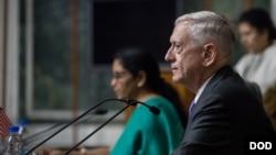 짐 매티스 미국 국방장관이 26일 뉴델리에서 니르말라 시타라만 인도 국방장관과 가진 공동기자회견에서 발언하고 있다.