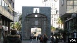 La peatonal Sarandí está en el casco antiguo de Montevideo y comienza en la Puerta de la Ciudadela.