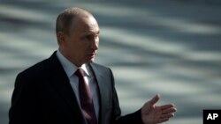 Putin televideniye orqali jonli muloqotdan keyin matbuot bilan alohida uchrashdi. 17-aprel, 2014-yil.