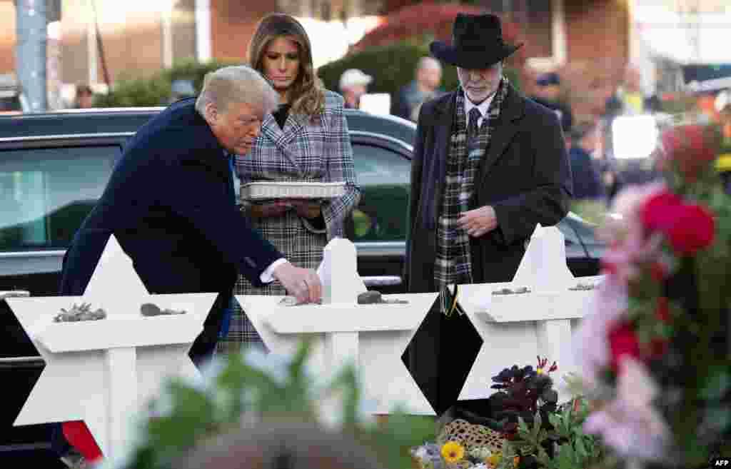 پرزیدنت ترامپ، به همراه بانوی اول ملانیا ترامپ، روز سه شنبه به منظور دیدار از مجروحان حمله مرگبار به کنیسه یهودیان در پیتزبورگ و ادای احترام به قربانیان آن حادثه به این شهر در ایالت پنسلوانیا رفت.