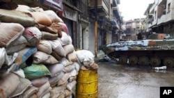 تانکهکانی حکومهتی سوریا خۆیان به گهڕهکی بابا عهمری حومسدا دهکهن