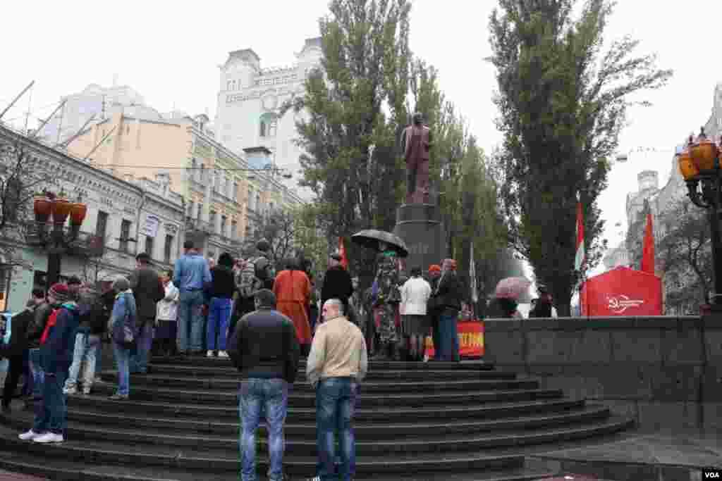 К монументу коммунистическому вождю в Киеве пришли несколько десятков человек