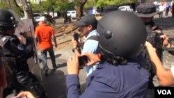 La policía antidisturbios se desplegó, mientras los manifestantes de la oposición se pronunciaron contra el gobierno.