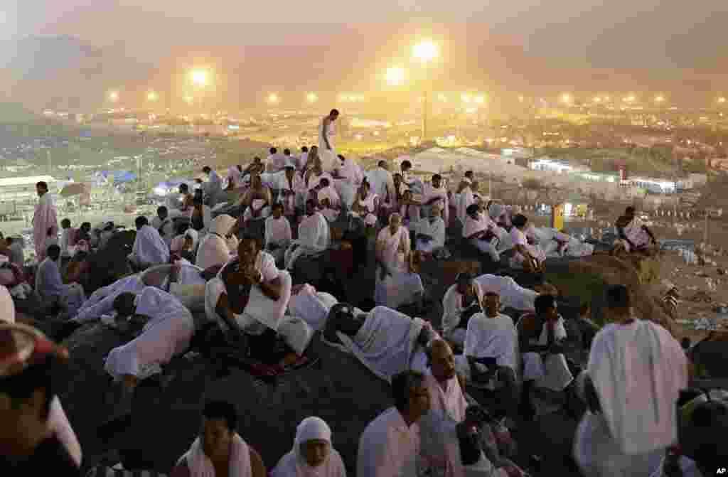 25일 사우디아라비아 이슬람 성지인 메카 인근 '자비의 언덕'에서 기도하는 순례자들.