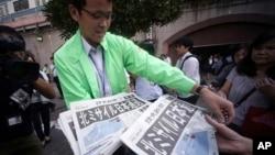 東京一個車站外派發有關北韓發射導彈消息的號外