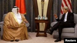 El secretario de Estado de Estados Unidos, John Kerry (derecha) se reúne con el ministro de Exteriores de Bahréin, Seikh Khalid al-Khalifa, en Riad.