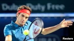Roger Federer (petenis Swiss) mengembalikan bola saat bertanding melawan Benyamin Becker (petenis Jerman) dalam ATP Dubai Tennis Championships (24/2).