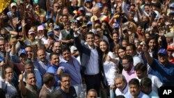 خوان گوایدو رهبر مخالفان نیکلاس مادورو در میان حامیان خود در کاراکاس پایتخت ونزوئلا - ۱۳ بهمن ۱۳۹۷