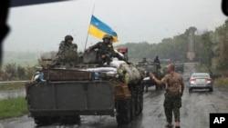Ukrainian troops move out from the city of Slovyansk, Donetsk Region, eastern Ukraine, July 7, 2014.