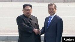 Lider Sjeverne Koreje Kim Džong Un i Južne Koreje Mun Džae-in srdačno su se rukovali u istorijskom susretu u Demilitarizovanoj zoni na granici između dvije zemlje.