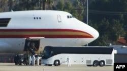 因新型冠狀病毒從中國武漢撤出的美國僑民抵達加州一機場。 (2020年1月29日)
