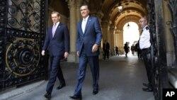 El candidato presidencial Mitt Romney aparece acompañado del parlamentario británico Jeremy Browne, en Londres.