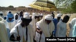L'imam Djigarey Ber Imam Abrahaman Ben Essayati prie lors de la fête du mouton, ou Tabaski, à Tombouctou, le 12 septembre 2016. (VOA/Kassim Traoré)