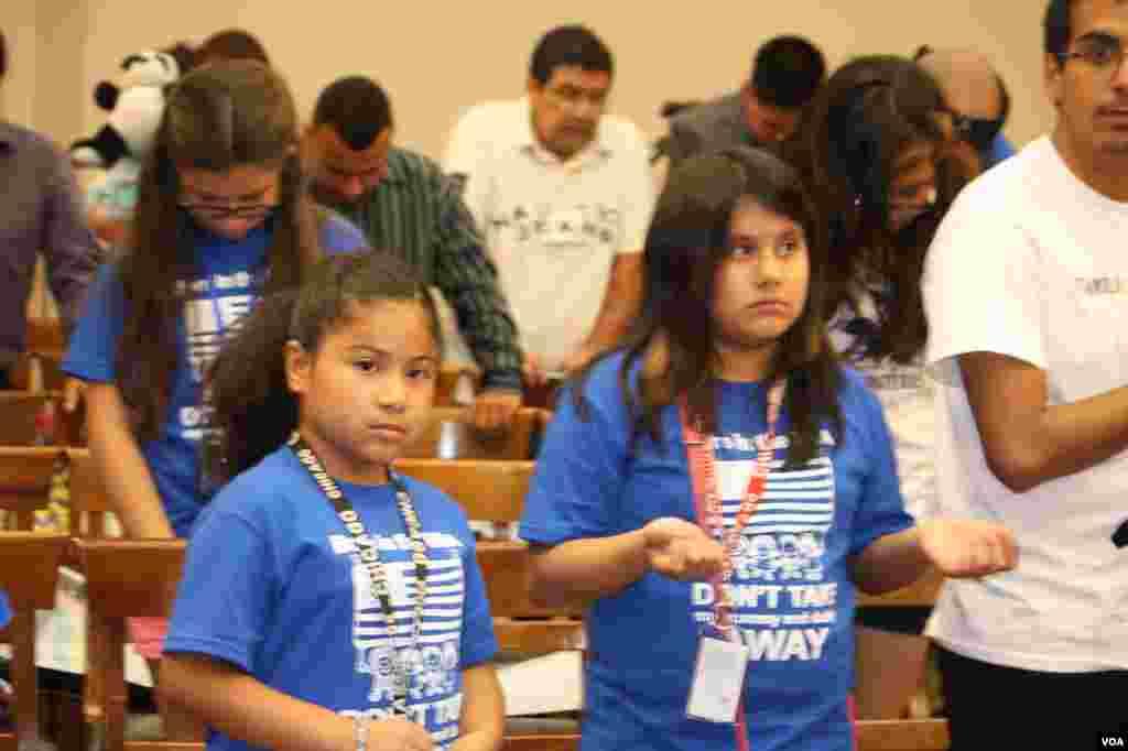 La reunión de los niños con congresistas se inició con una oración en la que se pidió por los inmigrantes y por la reforma migratoria.
