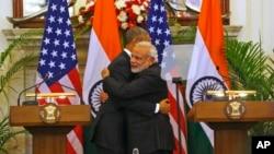 25일 인도 뉴델리에서 바락 오바마 미국 대통령(왼쪽)이 나렌드라 모디 총리와 공동 기자회견을 마친 뒤 포옹하고 있다.
