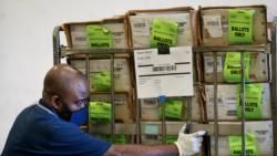 Një punonjës i Departamentit të Zgjedhjeve në qarkun Miami-Dade duke transportuar fletëvotime drejt një poste në Doral të Floridas, më 1 tetor 2020.