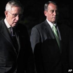 Le leader de la majorité démocrate au Sénat, Harry Reid (à gauche), et le président de la Chambre des représentants, John Boehner, au sortir d'une réunion à la Maison-Blanche