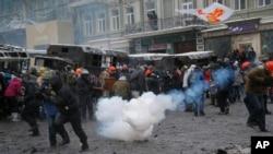 2014年1月22日在乌克兰首都基辅的示威群众躲避警察发射的榴弹。