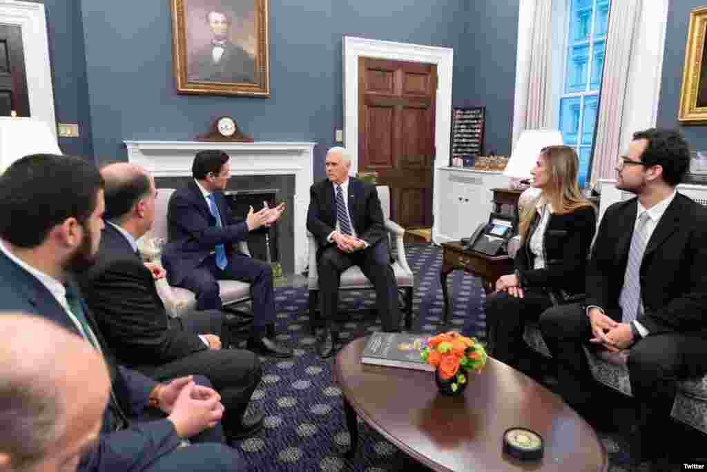مایک پنس معاون رئیس جمهوری آمریکا در کاخ سفید با «کارلوس آلفردو وچیو»، نماینده «خوان گوایدو» رئیس جمهوری موقت و مشروع ونزوئلا دیدار کرد.