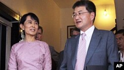 Daw Aung San Suu Kyi and Assistant Secretary of State for East Asian and Pacific Affairs Joseph Yun.
