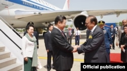 20일 파키스탄 이스탄불에 도착한 시진핑 중국 국가주석(왼쪽)이 맘눈 후세인 파키스탄 대통령의 환영을 받고 있다.