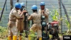 Pekerja melakukan pengeboran tanah untuk mengambil contoh material tanah di Desa Lakardowo. (Foto: VOA/Petrus Riski)