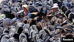 资料照:中国山东省沂源县制造传统布鞋的工人。(2017年5月2日)