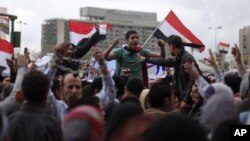 Người biểu tình hô khẩu hiệu chống chính phủ tại Quảng trường Tahrir ở Cairo, ngày 1/2/2013.