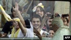 Hrvatska omladina pozdravlja Papu Benedikta Šesnaestog u Zagrebu
