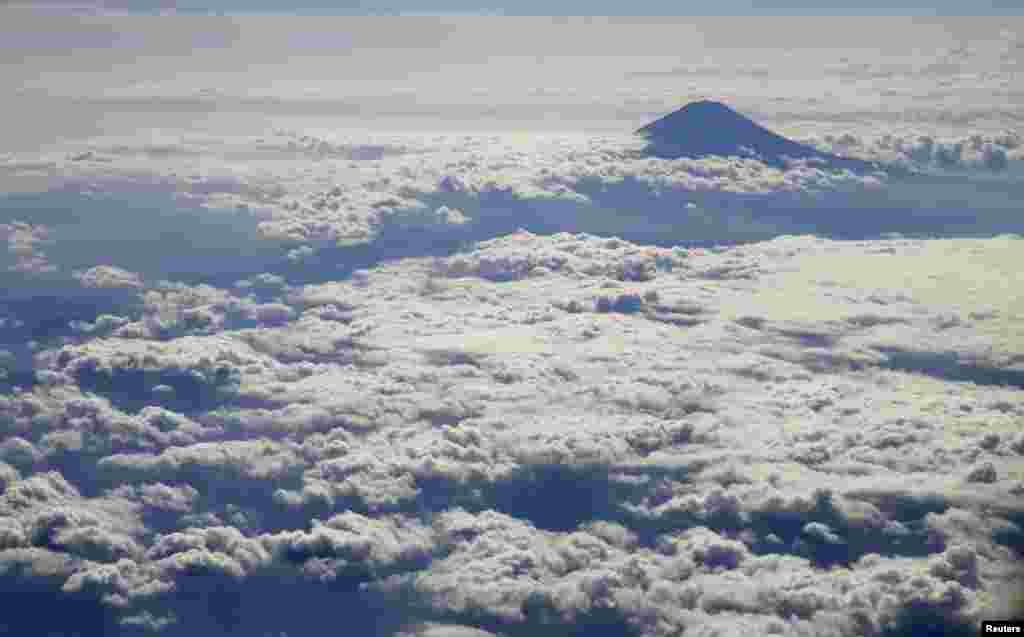 ភ្នំ Fuji របស់ជប៉ុនគ្រប់ដណ្តប់ទៅដោយពពកត្រូវបានគេថតពីលើយន្តហោះ។