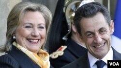 Presiden Perancis Nicolas Sarkozy (kanan) menyambut kedatangan Menlu AS Hillary Clinton di Istana Elysee, Perancis, Senin (14/3).