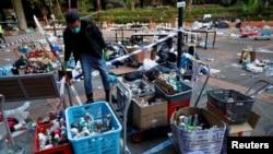 Un policía revisa los escombros que quedaron en el campus de la Universidad Politécnica de Hong Kong.
