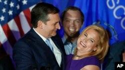 Ted Cruz ki tap anbrase madanm li, Heidi, apre rezilta yo te montre se li ki ranpòte primè Eta Wisconsin nan. (Foto sa a fèt nan vil Milwaukee, nan Wisconsin, nan sware jounen madi 5 avril 2016 la).