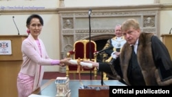 ၂၀၁၇ တုန္းက လန္ဒန္ၿမိဳ႕ေတာ္ Freedom ဆု ေဒၚေအာင္ဆန္းစုၾကည္ဆီ(Ministry of Foreign Affairs Myanmar)