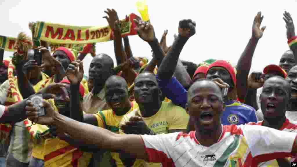 Des supporters maliens acclamaent de leur équipe nationale de football à l'arrivée de celle-ci à l'aéroport international de Malabo à Malabo, Guinée équatoriale vendredi 16 janvier 2015.