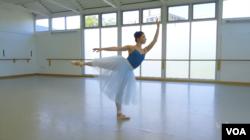 워싱턴발레단에서 활동하는 우크라이나 출신 발레리나 카테리나 데레치나 씨가 연습하고 있다.