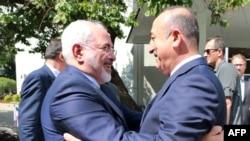 Ngoại trưởng Thổ Nhĩ Kỳ Mevlut Cavusoglu (phải) chào đón người đồng cấp Iran Mohammad Javad Zarif tại Ankara, ngày 12 tháng 8 năm 2016.
