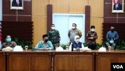Gubernur Jawa Timur,(tengah), Wali Kota Surabaya, Plt Bupati Sidoarjo, serta Sekda Kabupaten Gresik sepakati PSBB (foto Petrus Riski/VOA).