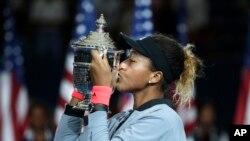 Naomi Osaka chanpyòn Gran Chelèm ameriken an, US Open nan, edisyon 2018 la. New York, 8 septanm 2018. (Foto: AP/Julio Cortez).