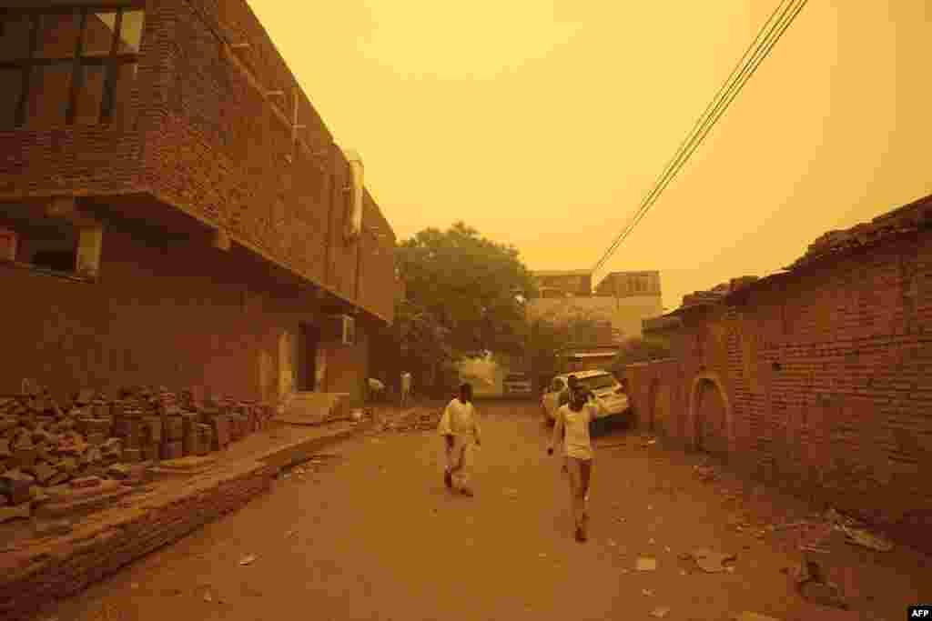 Des habitants de Khartoum en pleine tempête de sable, au Soudan, le 29 mars 2018.